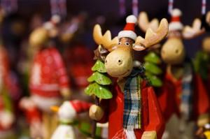 C'è nel cielo una luce rossa nè piccola, nè grossa! Guarda guarda un po lassù?? Una renna scende giù La luce è il suo naso che sembra fatto proprio di raso! Quella renna traina una slitta mentre la neve cade fitta. Oh, oh, oh! C'è anche Babbo Natale!!! che un regalo ci vuol portare Scende giù per i camini quando a letto vanno i bambini Sotto l'albero un dono lascerà e una bella sorpresa sarà Buon Natale Alessia de Vita